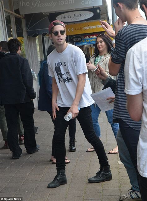 5 Seconds of Summer's Luke Hemmings greeted by fans